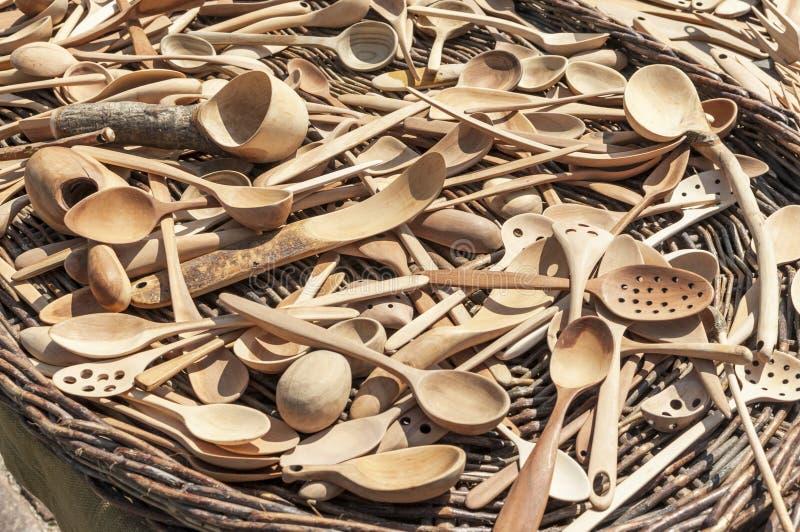 Colheres de madeira cinzeladas tradicionais fotografia de stock royalty free