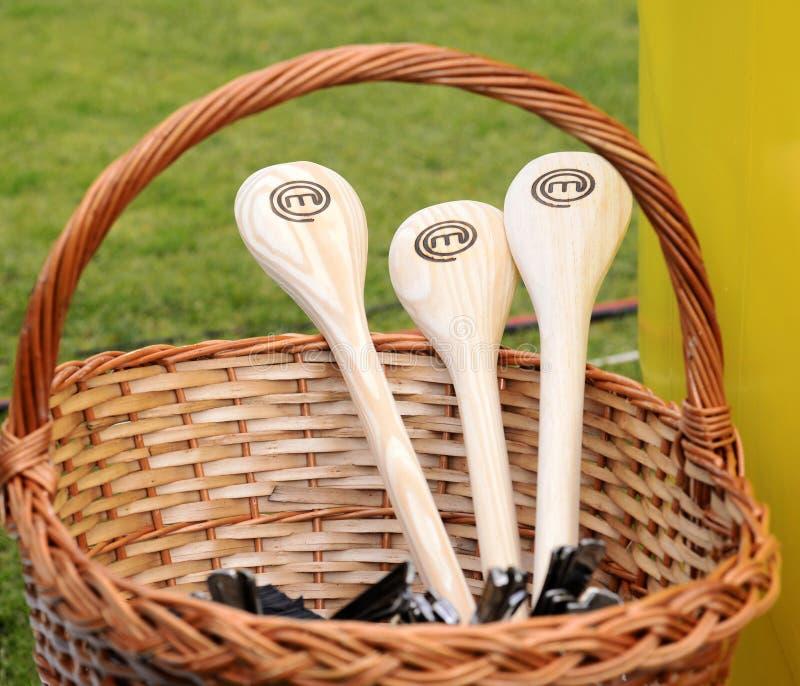Colheres de madeira com o logotipo de MasterChef, cozinhando a competição imagens de stock royalty free