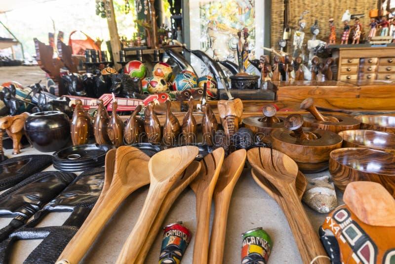 Colheres de madeira e mais lembranças no mercado africano tradicional em Maputo, Moçambique foto de stock royalty free