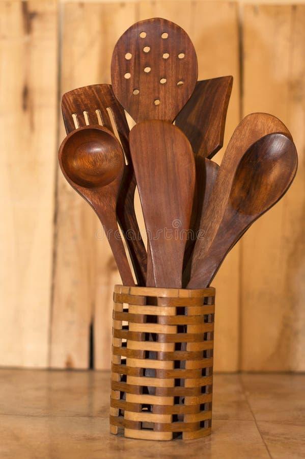 Colheres de madeira na cesta em uma tabela imagens de stock royalty free
