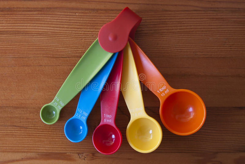 Colheres de medição coloridas foto de stock