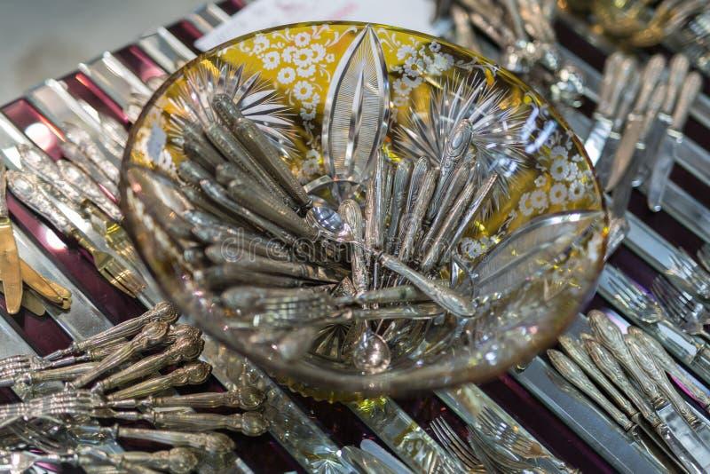 Colheres de prata num recipiente de vidro decorado: Silverware fotografia de stock royalty free