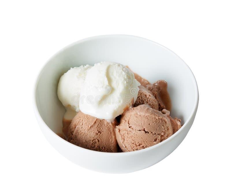 Colheres do gelado da baunilha e do chocolate na bacia no branco imagens de stock