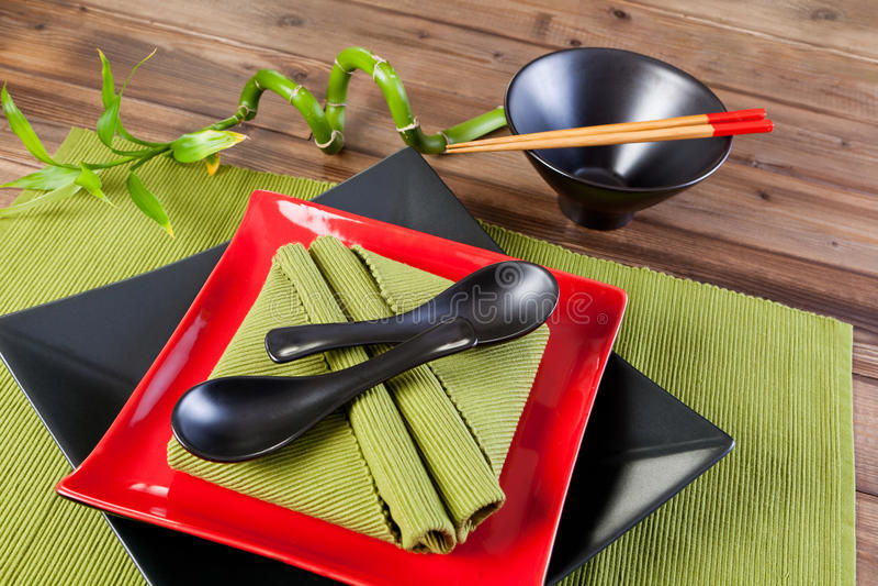 Colheres e chopsticks dos guardanapo imagens de stock