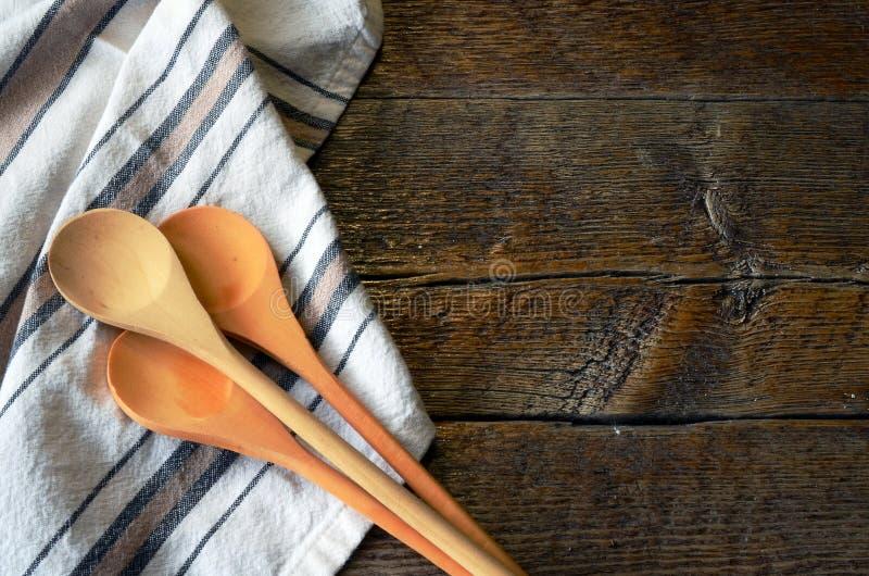 Colheres e toalha de prato de mistura imagens de stock royalty free