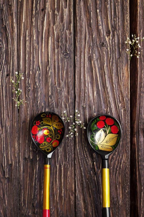 Colheres pintadas tradicionais do russo em de madeira imagens de stock
