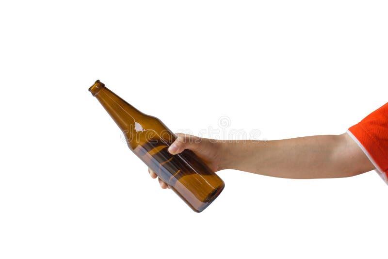 Colhido da mão da mulher que guarda a garrafa de cerveja sem etiqueta isolada no fundo branco imagens de stock