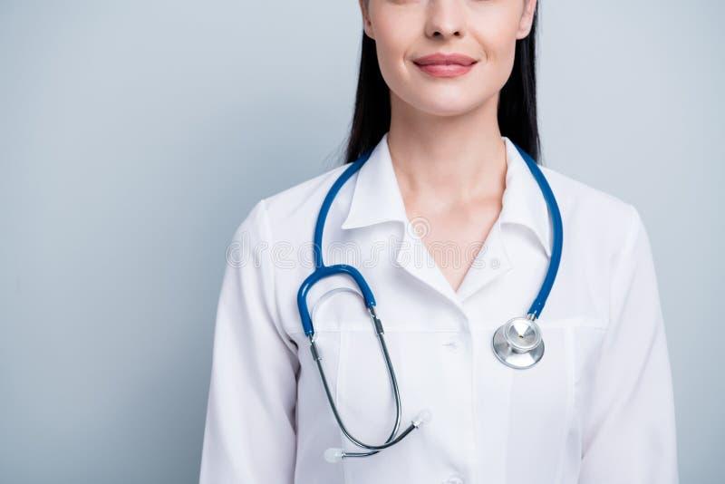 Colhido perto acima da foto bonita a seu do cardiologista largo do sorriso do hospital do doutor da senhora phonendoscope do desg fotos de stock