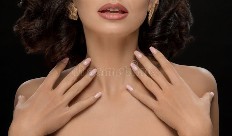 Colhido perto acima do modelo que mostra o tratamento de mãos cor-de-rosa à moda foto de stock