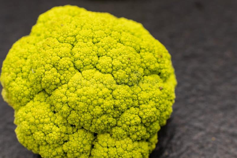 coliflor con las inflorescencias formadas espirales similares a un fractal inflorescencias cónicas del verdercon de la coliflor,  imágenes de archivo libres de regalías
