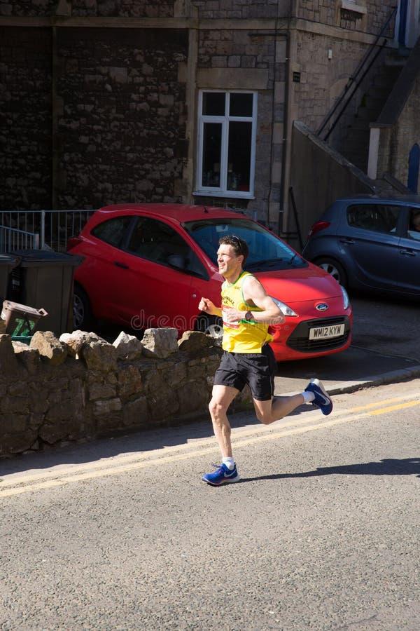 Colin Snook Cornwall AC-vinnare av Weston Super den halva maratonWeston-toppen-stoen Somerset i Birnbeck Rd royaltyfri bild