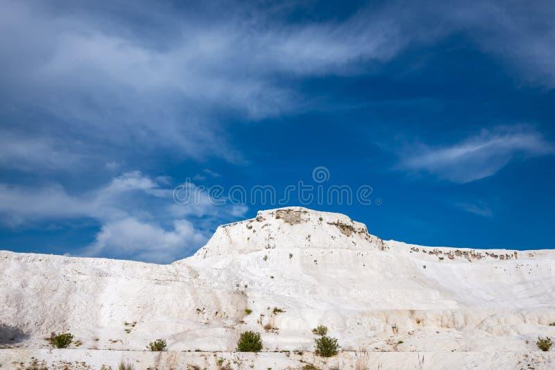 Colina blanca como la nieve en el fondo del cielo azul - Pamukkale fotografía de archivo