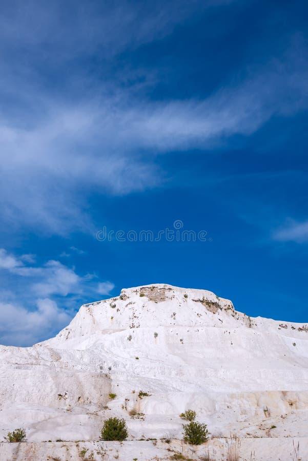 Colina blanca como la nieve en el fondo del cielo azul - Pamukkale imagen de archivo libre de regalías