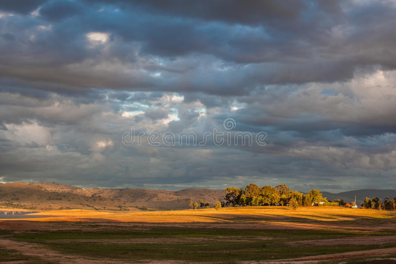 Colina cerca de Hume Lake en luz de la puesta del sol fotografía de archivo