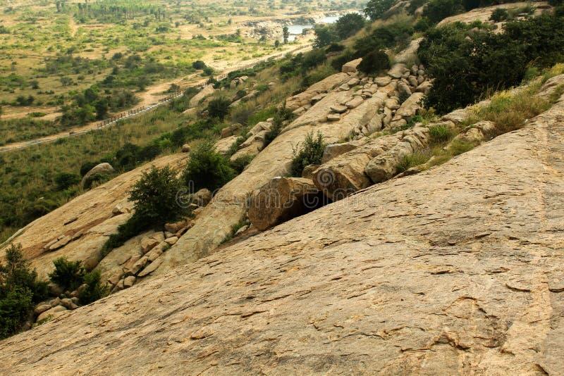 Colina con el paisaje de los campos de sittanavasal imagen de archivo