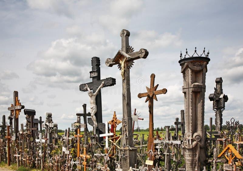 Colina de cruces cerca de Siauliai lituania fotos de archivo