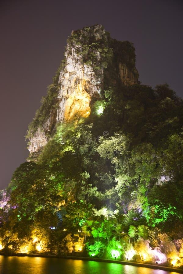 Colina de Dai Cai de Guilin en la noche fotografía de archivo