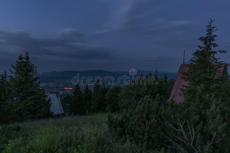 Colina de Javorovy sobre la ciudad de Trinec en Moravia del este imagen de archivo libre de regalías