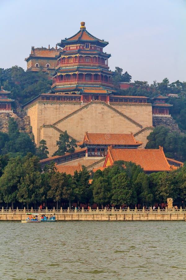 Colina de la longevidad y palacio de verano del lago Pekín China kunming con niebla con humo en el aire imagenes de archivo