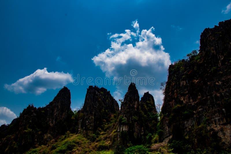 Colina de piedra y fondo hermoso del cielo azul, paisaje local en Banmung, Neonmaprang, Pitsanulok, al norte de Tailandia imagen de archivo