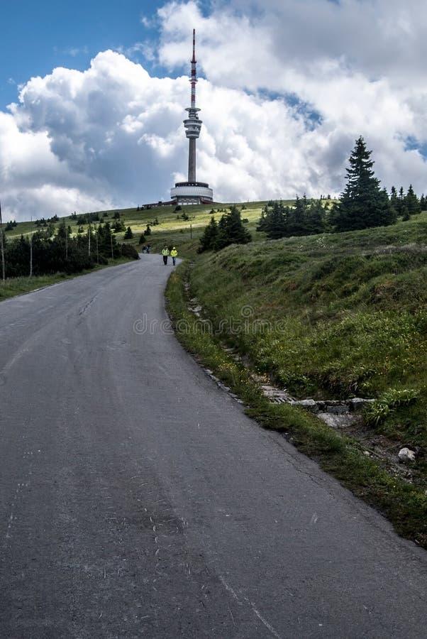 Colina de Praded con la torre de comunicación en las montañas de Hruby Jesenik en República Checa fotos de archivo