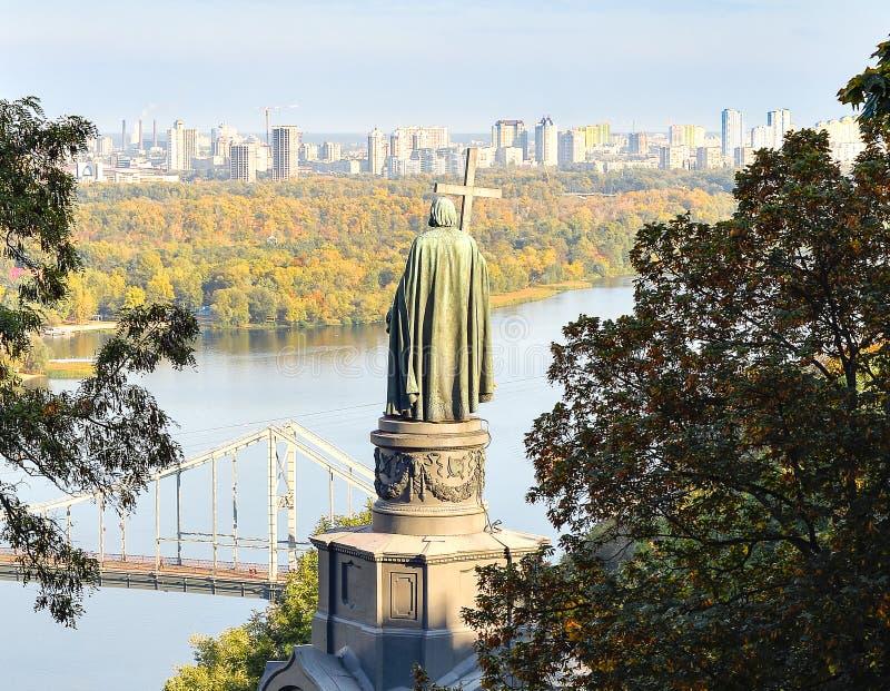 Colina de Vladimir, río de Dnieper y visión en la orilla izquierda de Kiev, Kiev Ucrania Escena urbana pacífica de la ciudad Sant foto de archivo