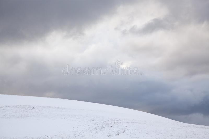 Colina Nevado y cielo azul imagenes de archivo