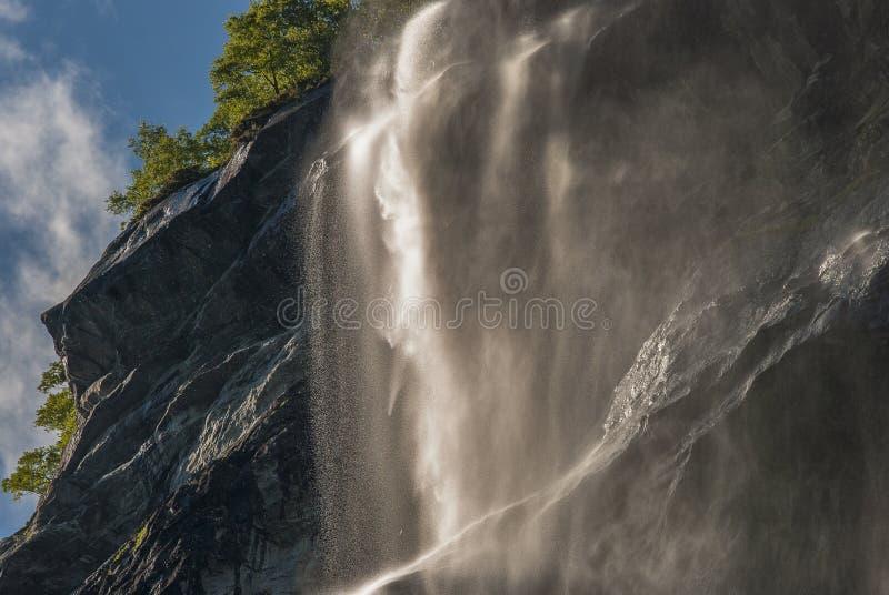 Colina noruega de la montaña con la cascada imagen de archivo