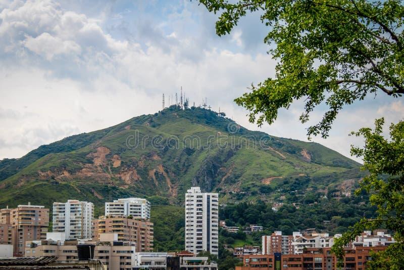 Colina opinión de tres ciudades de las cruces Cerro de Las Tres Cruces y de Cali - Cali, Colombia foto de archivo