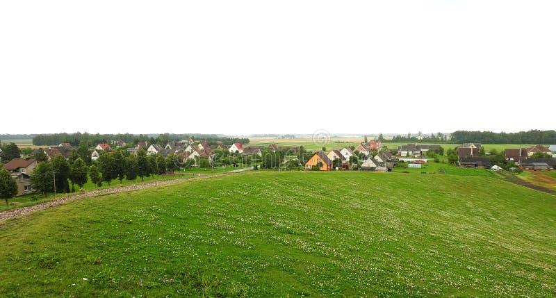 Colina y hogares en verano, Lituania foto de archivo libre de regalías