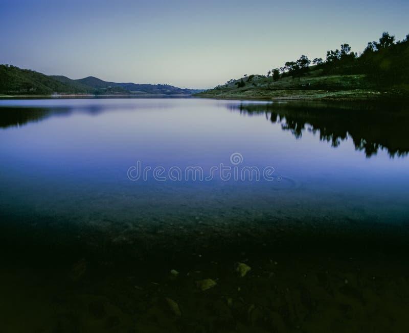 Colina y paisaje que reflejan en la presa Nuevo Gales del Sur Australia de Windamere del lago en la hora azul imágenes de archivo libres de regalías