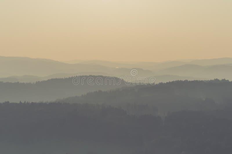 Colinas brumosas de la montaña imágenes de archivo libres de regalías