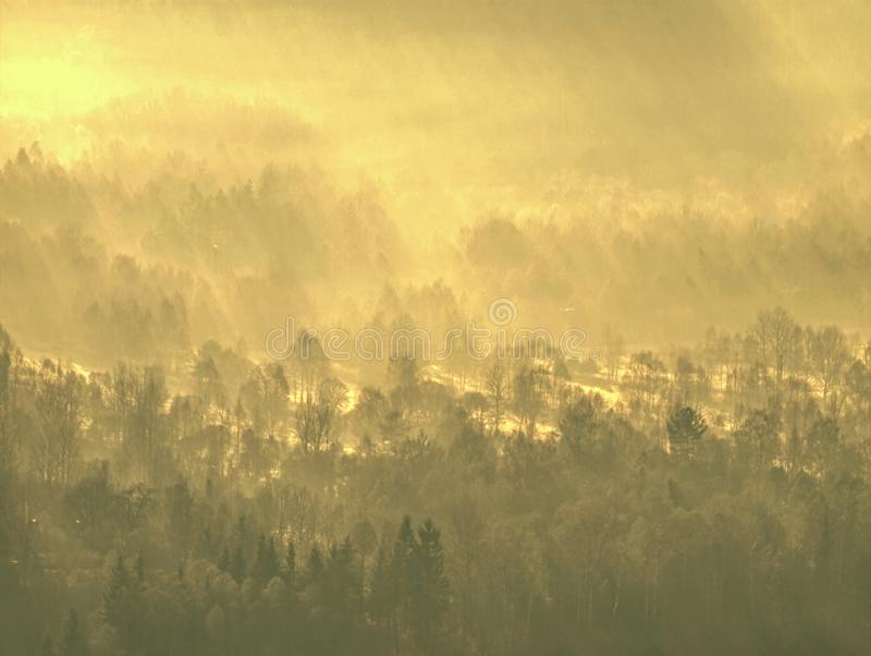 Colinas brumosas y paisaje de la montaña del otoño Imagen filtrada imagen de archivo libre de regalías