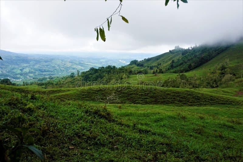 Colinas cerca del centro biológico Perez Zeledon de Las Quebradas imagen de archivo libre de regalías