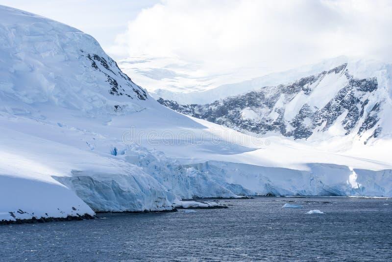 Colinas cubiertas con nieve en la Antártida imagenes de archivo