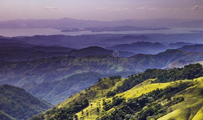 Colinas de Monteverde imagenes de archivo