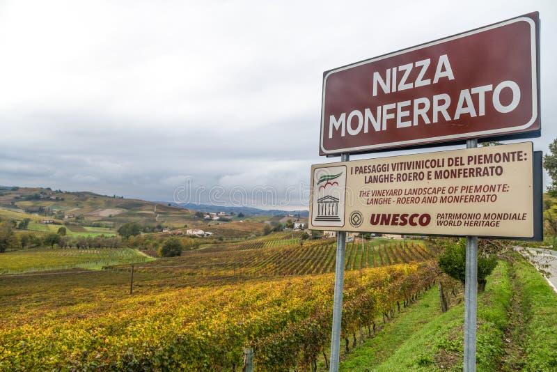 Colinas de viñedos en otoño en Nizza Monferrato, provincia de Asti, Piamonte, Italia imágenes de archivo libres de regalías