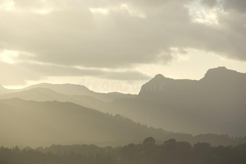 Colinas en niebla de la tarde fotografía de archivo libre de regalías