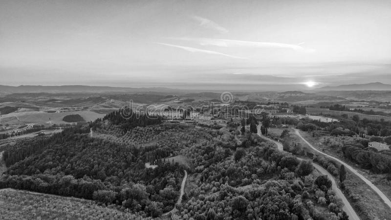 Colinas hermosas de Toscana, visión aérea en la oscuridad fotos de archivo