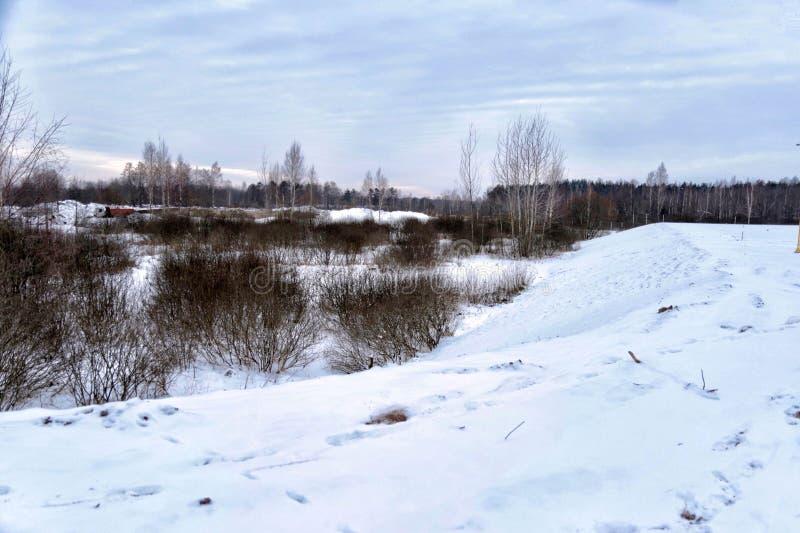 Colinas nevadas por el río imagen de archivo libre de regalías