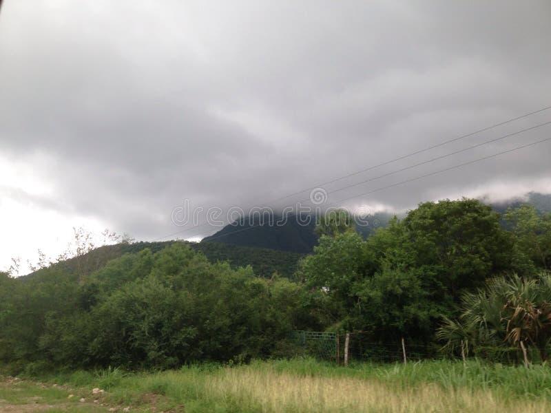 Colinas nubladas y verde del sol imágenes de archivo libres de regalías