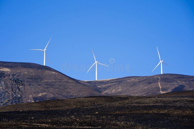 Colinas quemadas con los generadores de viento en el top fotos de archivo
