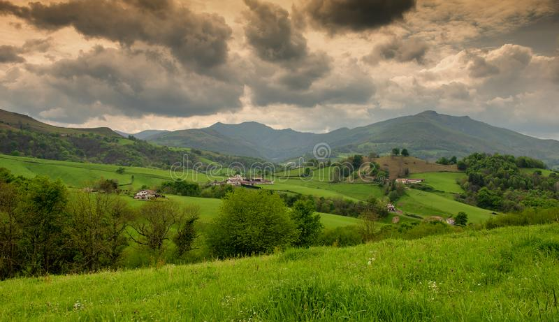 Colinas verdes Paisaje francés del campo en las montañas de los Pirineos en el país vasco, Francia foto de archivo libre de regalías