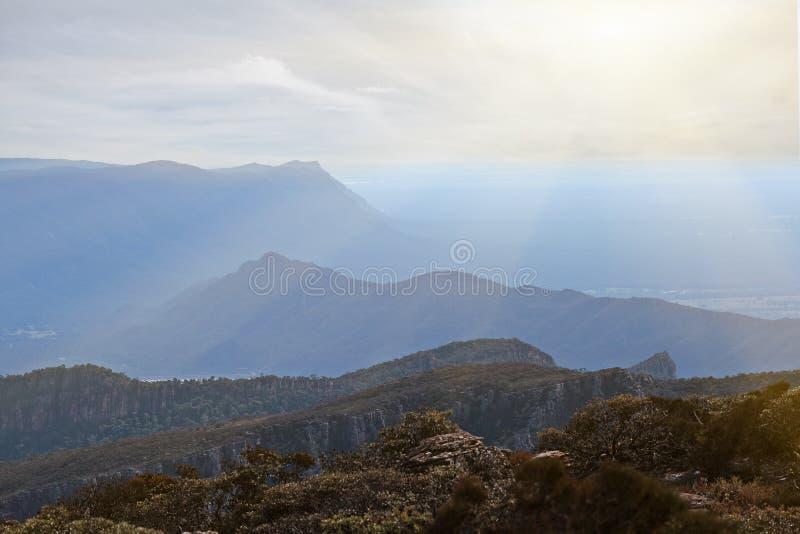 Colinas y acantilados escarpados en el parque nacional de Grampians fotos de archivo libres de regalías