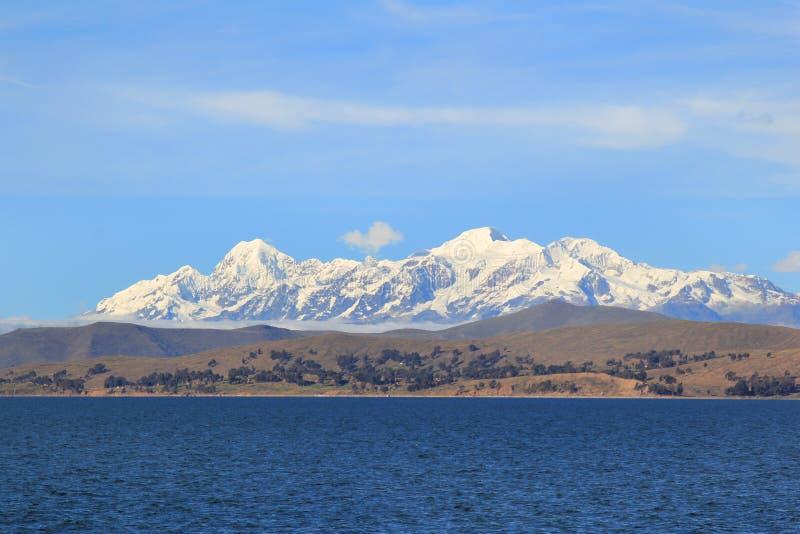 Colinas y los Andes de Titicaca fotografía de archivo