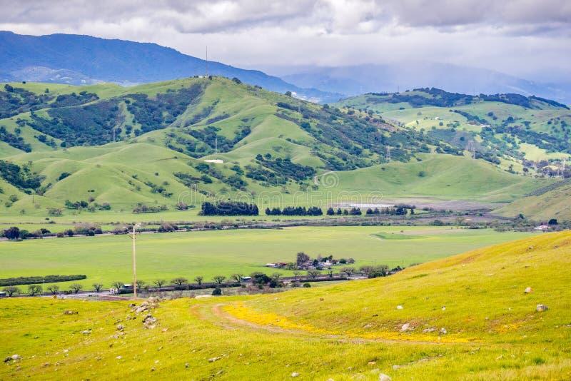Colinas y valle verdes en área de la Bahía de San Francisco del sur en un día de primavera lluvioso; pista de senderismo visible  imágenes de archivo libres de regalías
