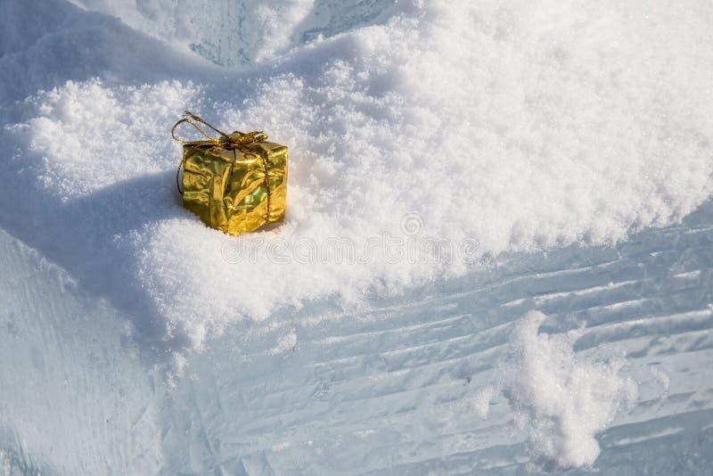 Colis d'or dans la neige image libre de droits