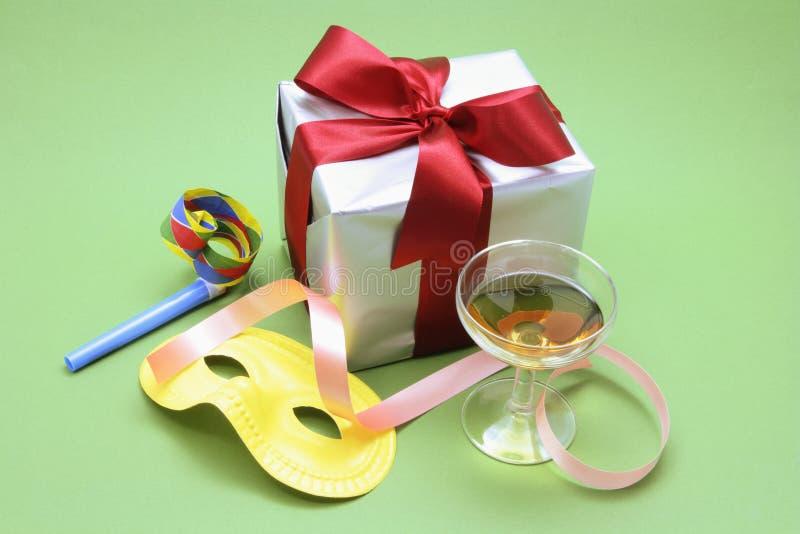 Colis de cadeau avec les faveurs de réception et la glace de vin image libre de droits