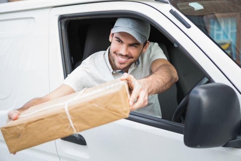 Colis de offre de conducteur de la livraison de son fourgon image libre de droits