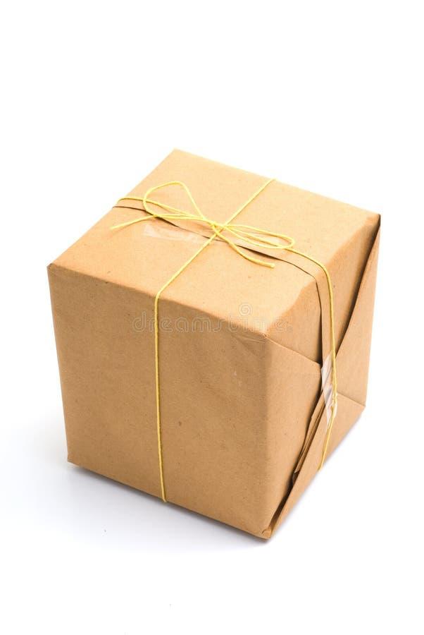 colis de papier brun attaché enveloppé images stock